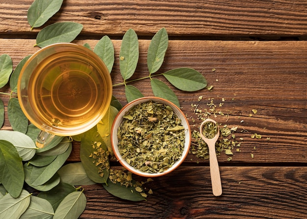 Flat lay cup of tea and natural herbs leaves Free Photo