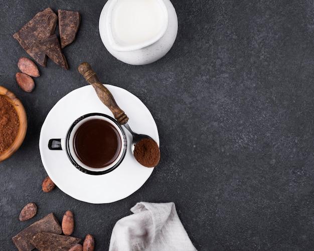Плоская чашка с горячим шоколадом на столе Бесплатные Фотографии