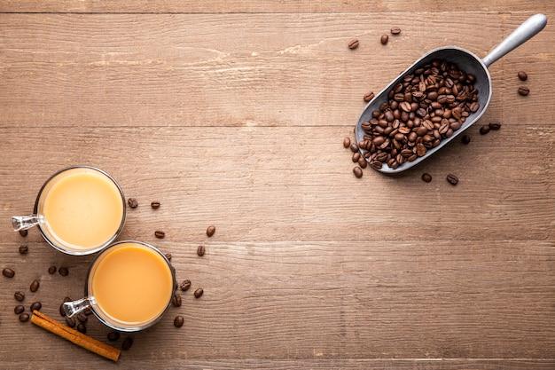Плоские чашки и кофейные зерна с копией пространства Бесплатные Фотографии