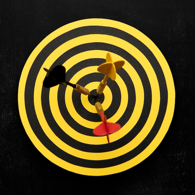 Flat lay dartboard with arrows Premium Photo