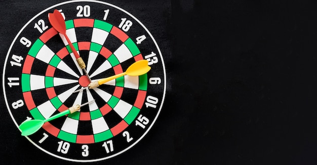 Flat lay darts table on black background with copy space Free Photo
