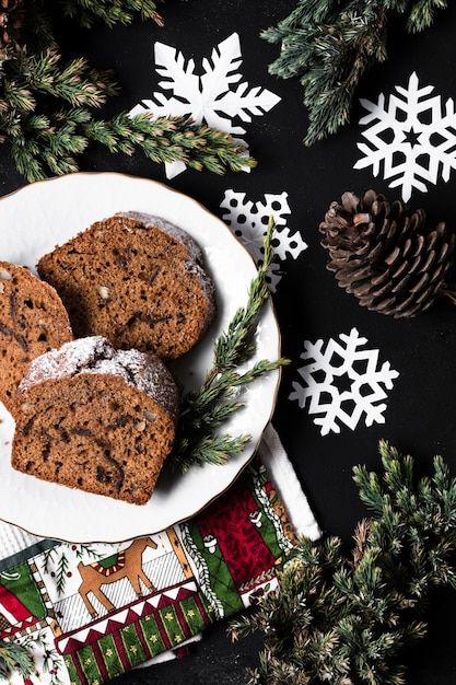 Flat lay delicious cake for christmas party Free Photo