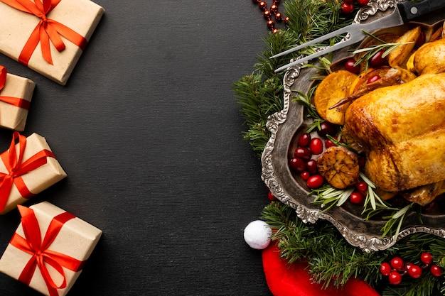Piatto delizioso assortimento di cibi natalizi con copia spazio Foto Gratuite