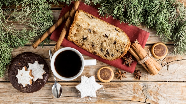 Disposizione di goodies natalizi deliziosi piatti laici Foto Gratuite