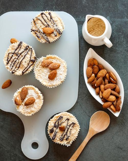 Piatto di laici deliziosi cupcake concetto Foto Gratuite