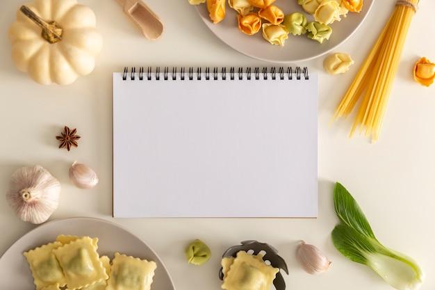 Piatto di laici cibo delizioso concetto con copia spazio Foto Gratuite