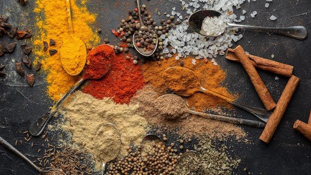 Плоские лежат вкусные индийские приправы Бесплатные Фотографии