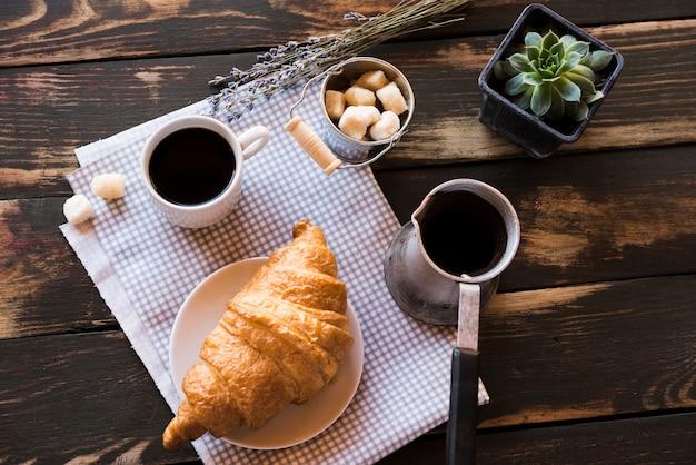 Плоско лежал вкусный утренний кофе с круассаном Бесплатные Фотографии