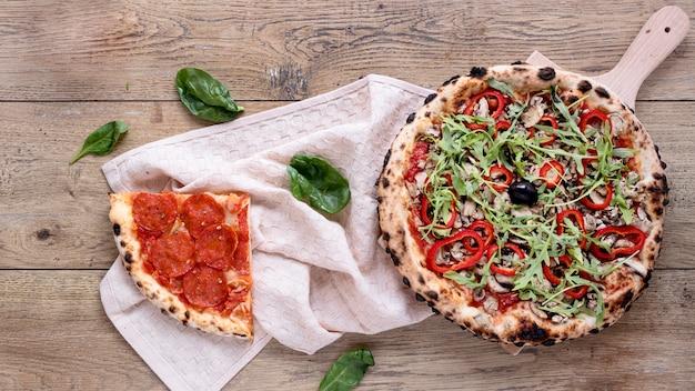 フラット横たわるおいしいピザ組成 無料写真