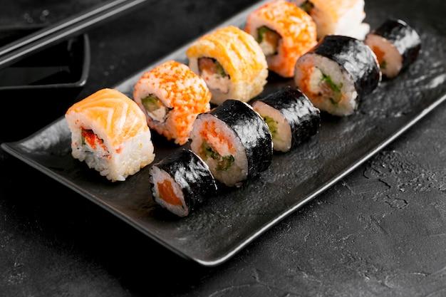Primo piano delizioso sushi piatto laico Foto Gratuite