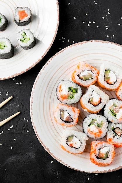 Плоские положите вкусные суши на тарелку Бесплатные Фотографии