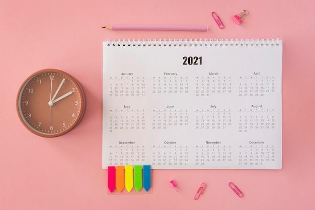 Плоский настольный календарь на розовом фоне Бесплатные Фотографии