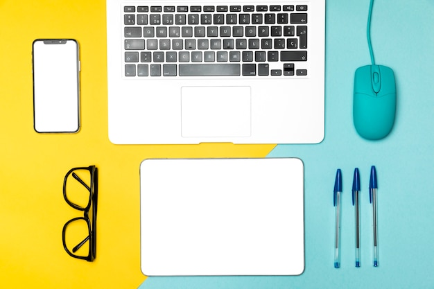 Flat lay desk concept with mock up devices Free Photo