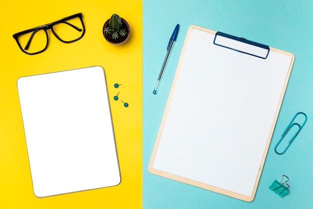 Flat lay desk concept with mockup tablet Free Photo