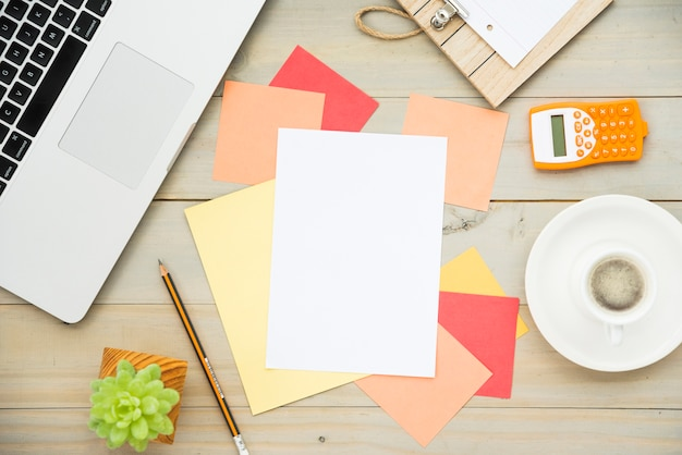 Flat lay of desk with blank note Free Photo
