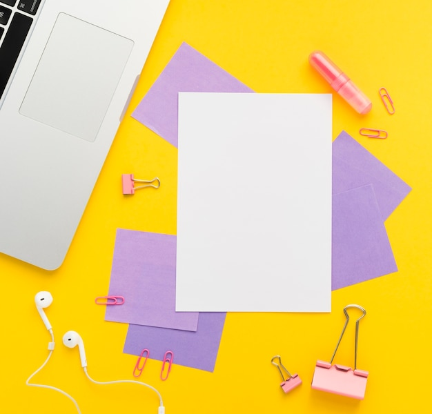 Flat lay of desk with note mock-up Free Photo