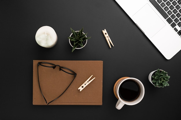 Flat lay of desktop with agenda and glasses on top Free Photo