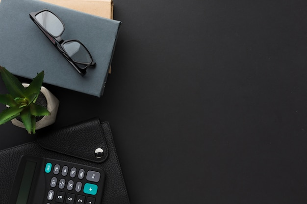 Flat lay of desktop with agenda and glasses Free Photo