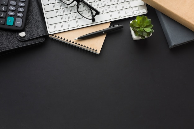 Flat lay of desktop with keyboard and agenda Free Photo