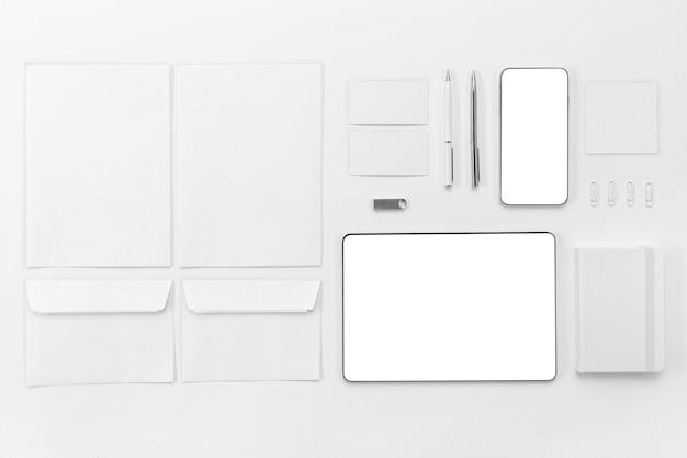 Dispositivi piatti e disposizione delle penne Foto Gratuite