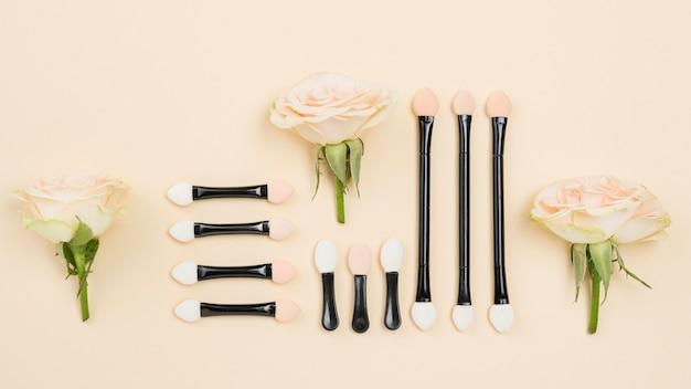 Assortimento di cosmetici diversi distesi piatti Foto Gratuite