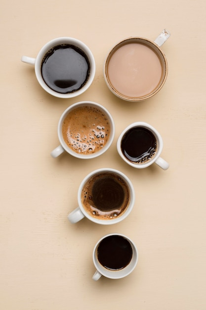 Плоские лежали разные чашки кофе Premium Фотографии