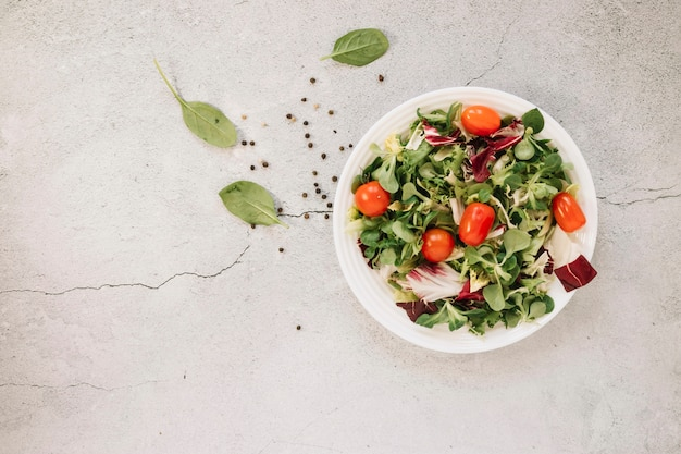 Flat lay of dishes with salad and spinach Premium Photo
