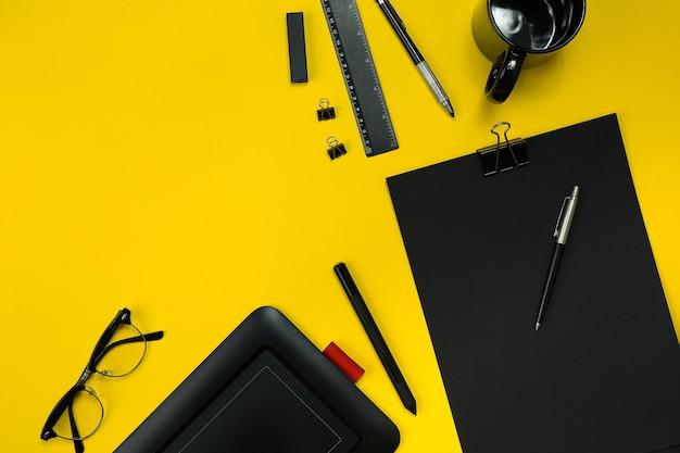 Плоский дисплей офисных гаджетов с блокнотом, чашкой, ручкой, проявкой, очками и т. д. Premium Фотографии