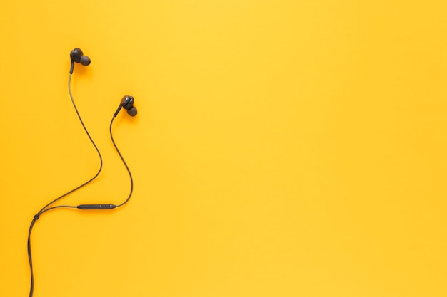 Flat lay earbuds with copy space Free Photo