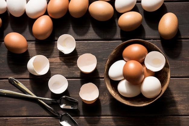 木製の背景に卵を産む 無料写真