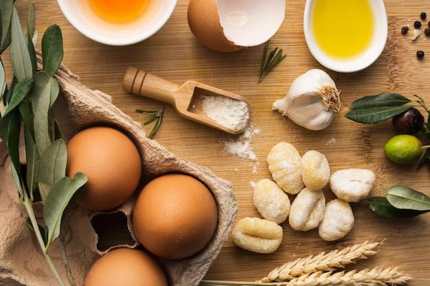 Uova piatte con gnocchi di patate crudi Foto Gratuite