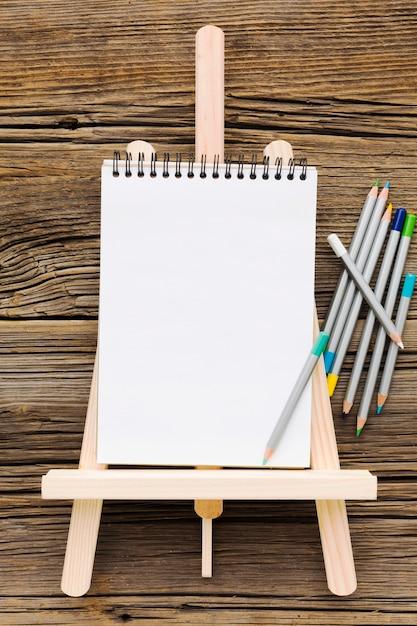 Плоский лежал пустой белый блокнот и карандаши Бесплатные Фотографии