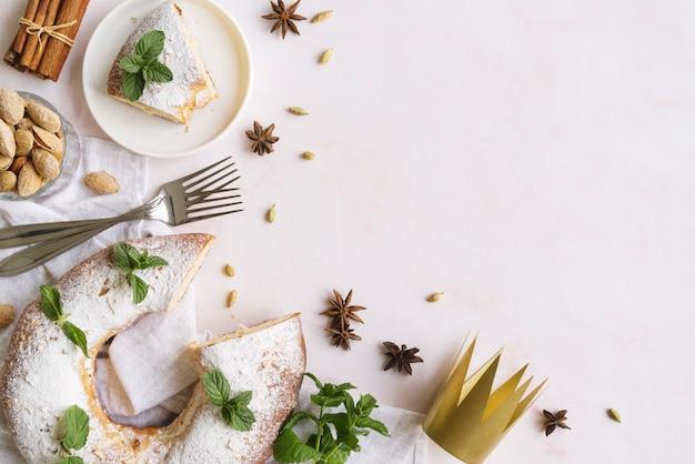 Piatto di laici epifania dessert giorno con copia spazio Foto Gratuite