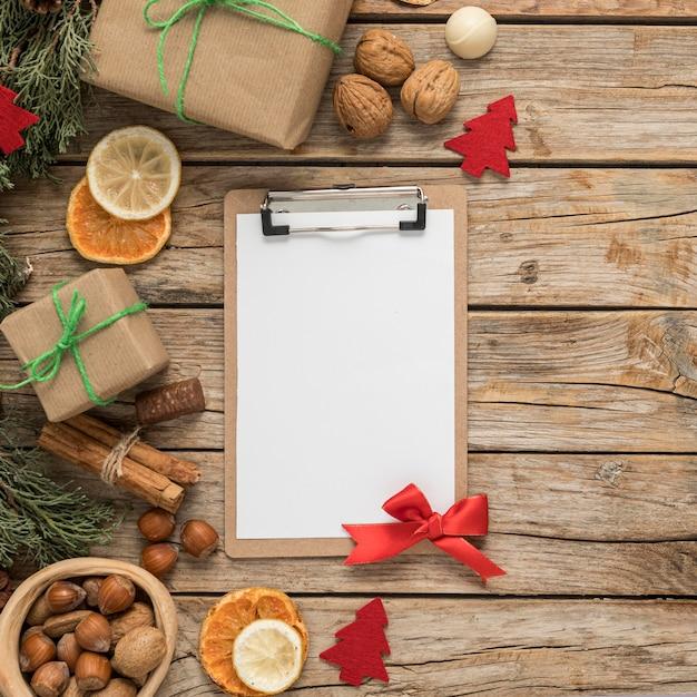 Disposizione della tavola di natale festiva piatta laici con appunti vuoti Foto Gratuite
