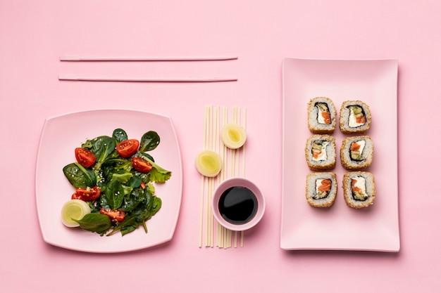 Dieta flessitaria piatta con sushi e insalata Foto Gratuite
