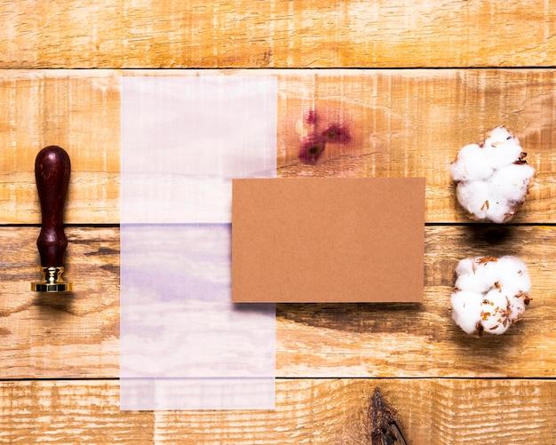 フラットレイアウト薄っぺらな紙のスタンプと封筒 無料写真