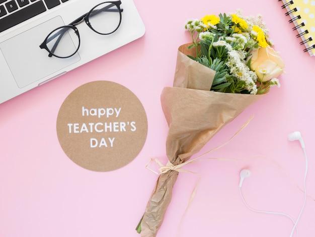 Плоские лежат цветы и компоновка ноутбука Бесплатные Фотографии