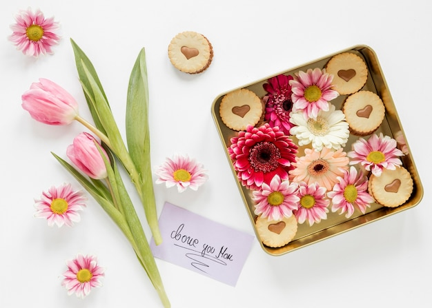 Flat lay flowers and card arrangement Free Photo