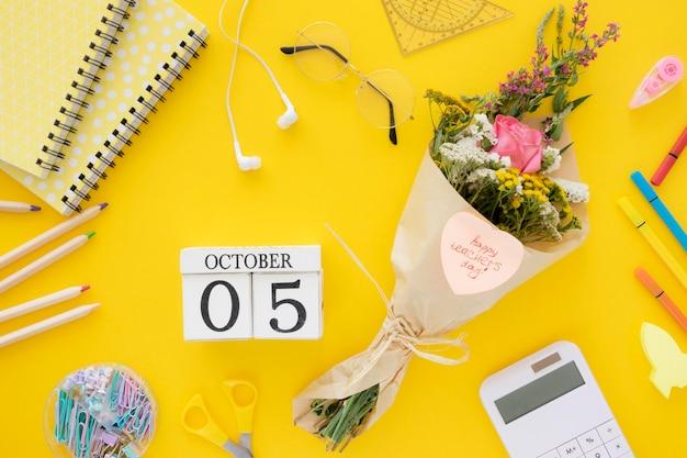 Fiori piatti laici su sfondo giallo Foto Gratuite