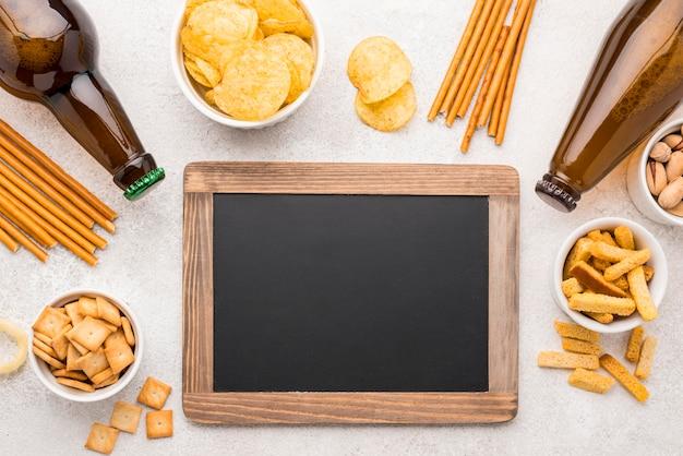 黒板とフラットレイ食品とビール 無料写真