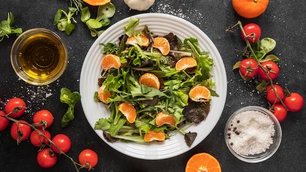 Lay piatto di ingredienti alimentari con insalata sulla piastra Foto Gratuite
