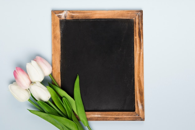 Flat lay frame beside tulips bouquet Free Photo