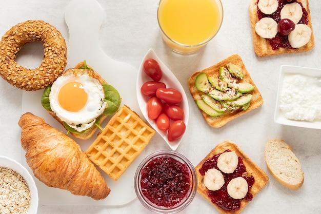 Cornice piatta e delicata per la colazione Foto Gratuite