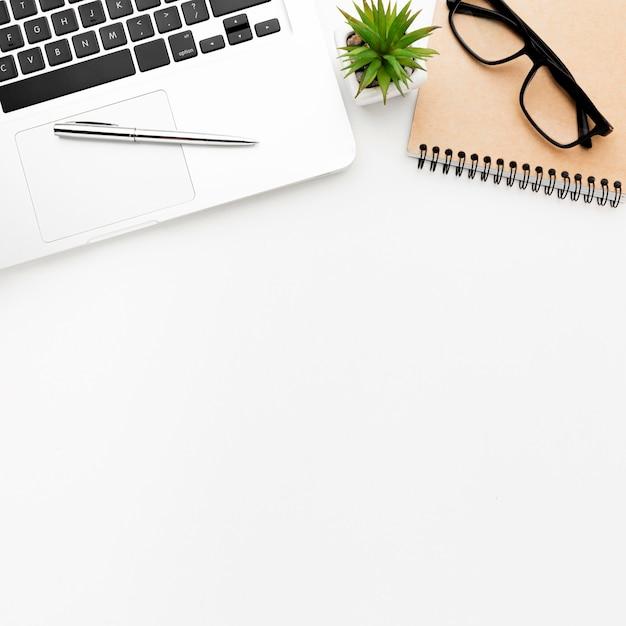 Плоская лежащая рама с очками и ноутбуком Бесплатные Фотографии