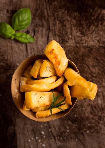 Lay piatto di patatine fritte in una ciotola con le erbe aromatiche Foto Gratuite