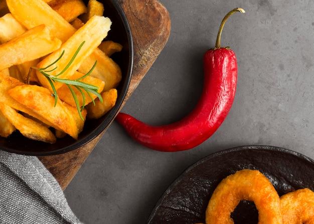 Lay piatto di patatine fritte con peperoncino Foto Gratuite