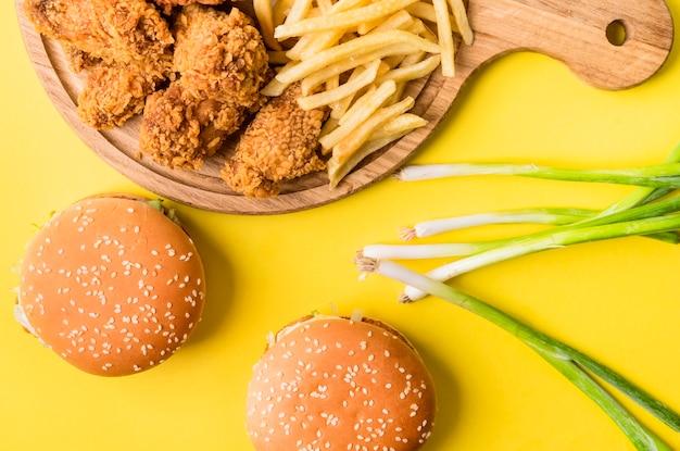 Плоский жареный цыпленок и картофель фри с гамбургерами и зеленым луком Бесплатные Фотографии