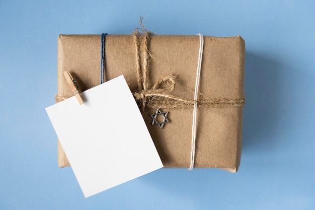 Плоские лежали подарки и поздравительная открытка счастливой хануки Бесплатные Фотографии