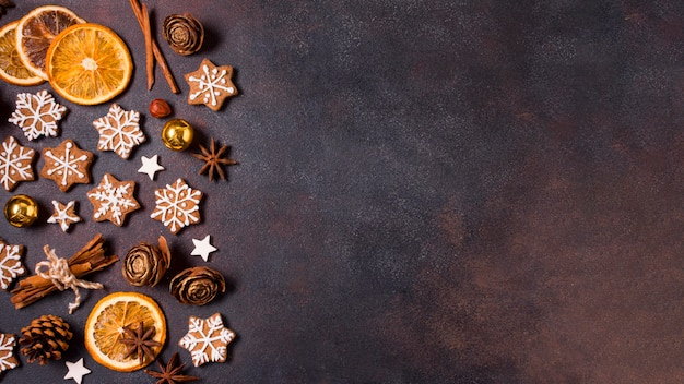Lay piatto di biscotti di panpepato e agrumi secchi per natale Foto Gratuite