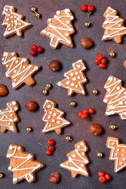 Lay piatto di biscotti di panpepato con bacche rosse Foto Gratuite